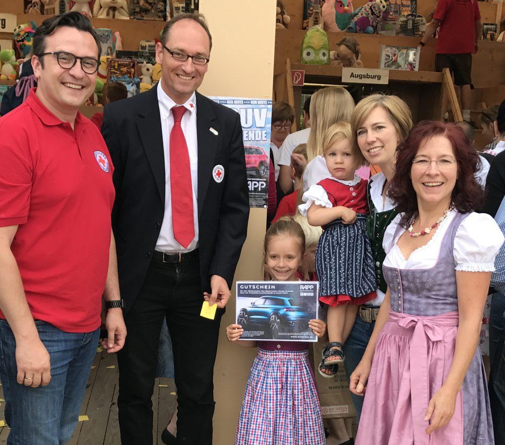 Glückliche Gewinner eines SUV-Wochenendes: eine junge Familie aus Dachau. Vorsitzender Bernhard Seidenath, MdL und die stellv. Landrätin Marianne Klaffki haben den Preis persönlich überreichen konnten.