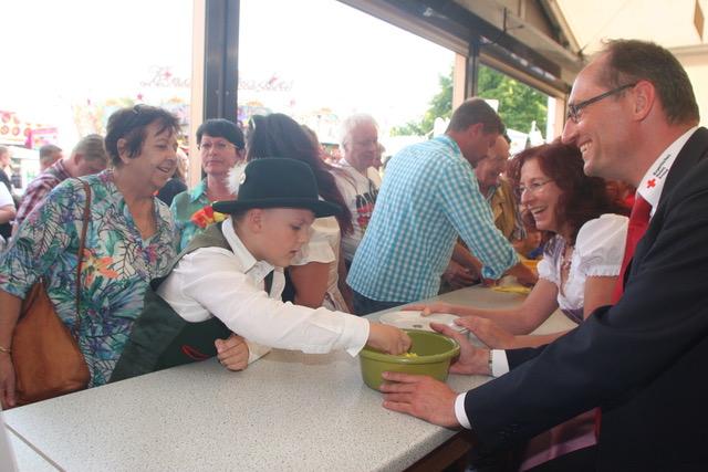 Foto von li nach re: Roswitha John mit Enkel Jannis, Marianne Klaffki und Bernhard Seidenath.