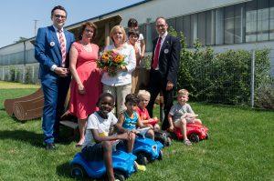 Foto von li nach re: Paul Polyfka, Ursula Singer-Parzefall, Kathrin Ferland und Bernhard Seidenath mit den Kindern in der Schatzinsel.
