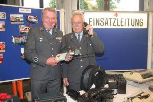 Gerhard Osterrieder und Ernst Hübl in der Sonderausstellung des BRK Dachau zum Jubiläum des Fachdienstes Information und Kommunikation.