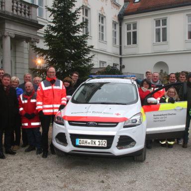 Das neue HvO-Einsatzfahrzeug mit Ersthelfern, Sponsoren, Vertretern der Gemeinde Haimhausen und des BRK-Kreisverbandes Dachau bei der offiziellen Übergabe.