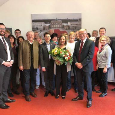 Angelika Kniesl (Mitte) umringt von Gratulanten und Wegbegleitern. Von links: Paul Polyfka, Hans Ramsteiner, Florian Hartmann und Hans Mederer.
