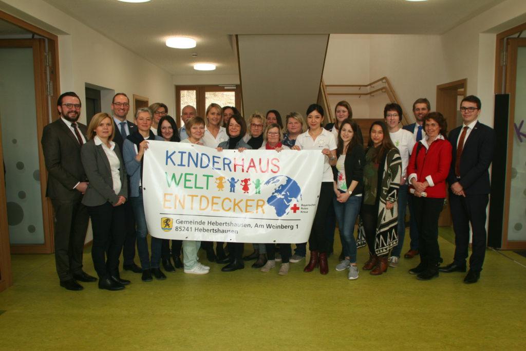Bürgermeister Richard Reischl (3.von rechts), die BRK-Geschäftsleitung (links) und das Team um Kinderhausleiterin Silke (4. von rechts) bei der Eröffnung des neuen BRK-Kinderhauses in Hebertshausen
