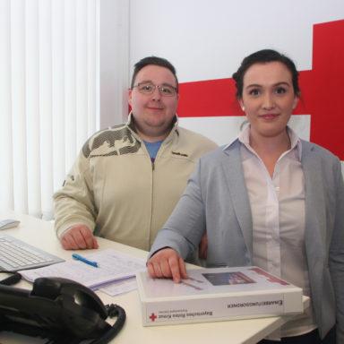 Marie Praß Cuenca und Timo Weiersmüller in ihrem Büro in der Rettungswache Gröbenried.