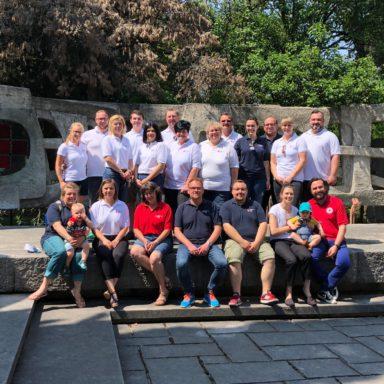 Der Führungskreis des BRK Dachau vor dem Ehrendenkmal des Internationalen Roten Kreuzes in Solferino