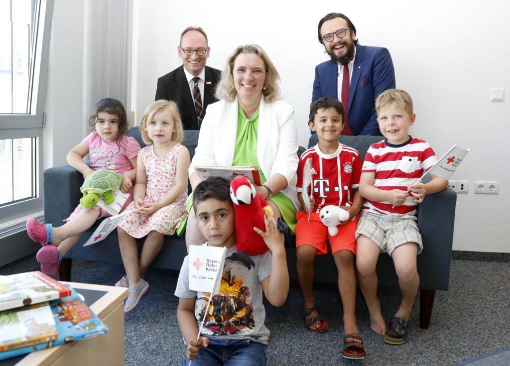 Staatsministerin Kerstin Schreyer mit dem Vorsitzenden Bernhard Seidenath und Kreisgeschäftsführer Paul Polyfka in der 'Schatzinsel'