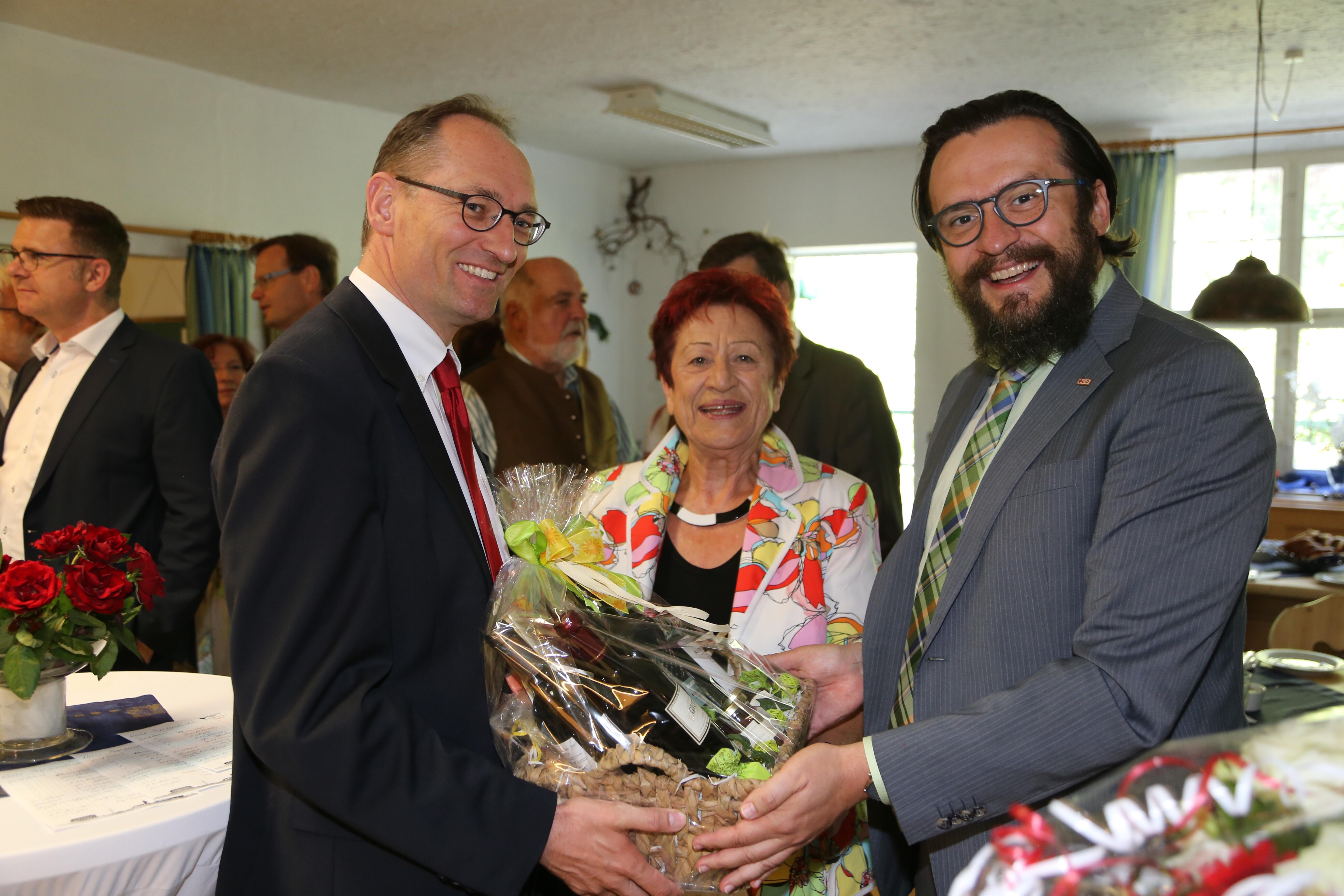 Auch Vorsitzender Bernhard Seidenath, MdL und Kreisgeschäftsführer Paul Polyfka gratulieren von Herzen