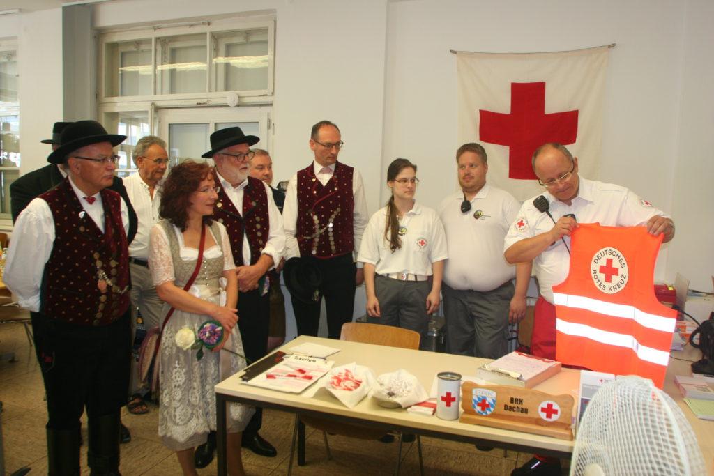 BRK-Bereitschaftsleiter zeigt die neuen Westen für zusätzliche ehrenamtliche Helfer im Falle einer Katastrophe.