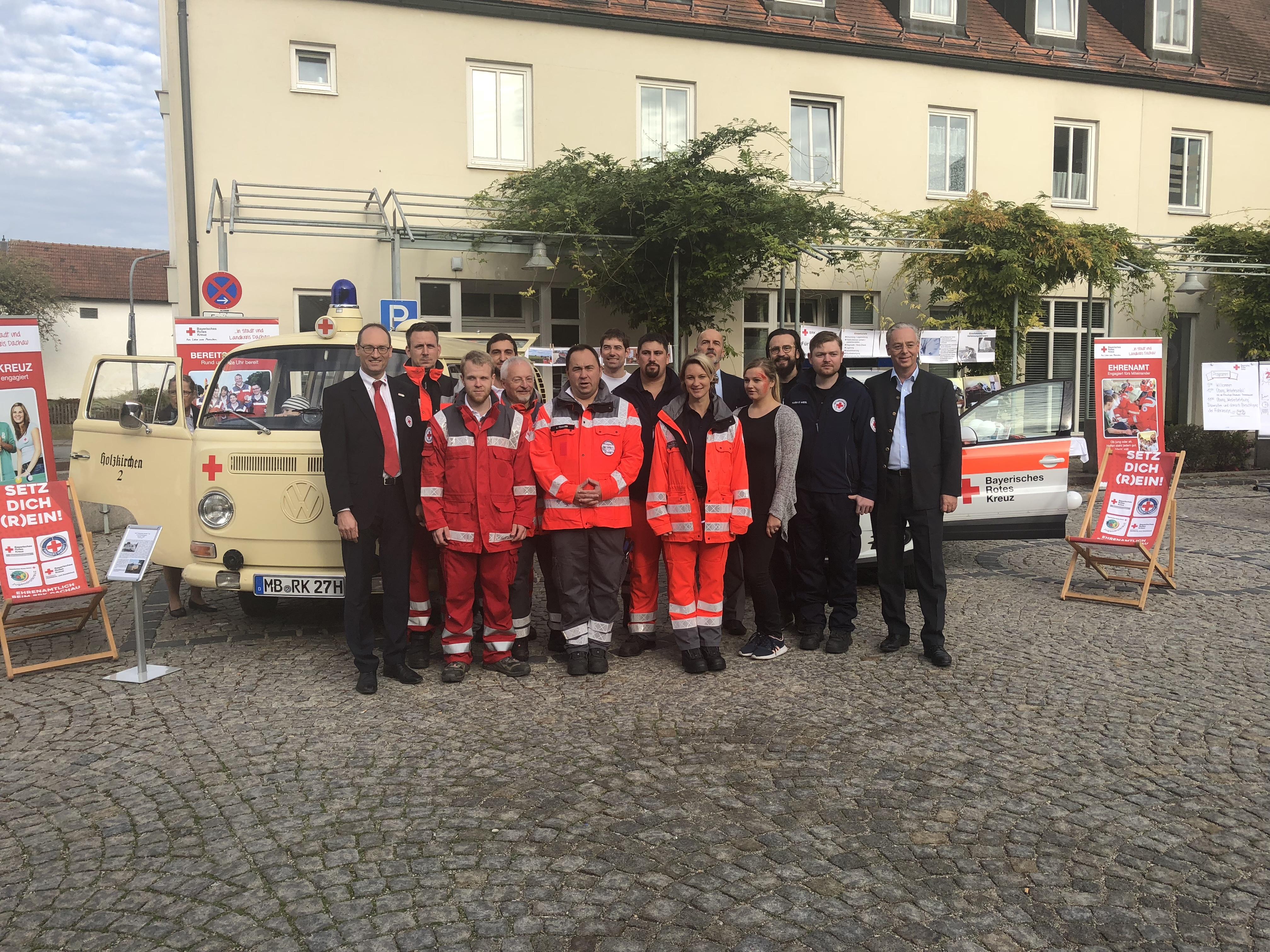 Das HvO-Team mit dem BRK-Kreisvorsitzenden Bernhard Seidenath (links) und Bürgermeister Marcel Fath (rechts) auf dem Marktplatz