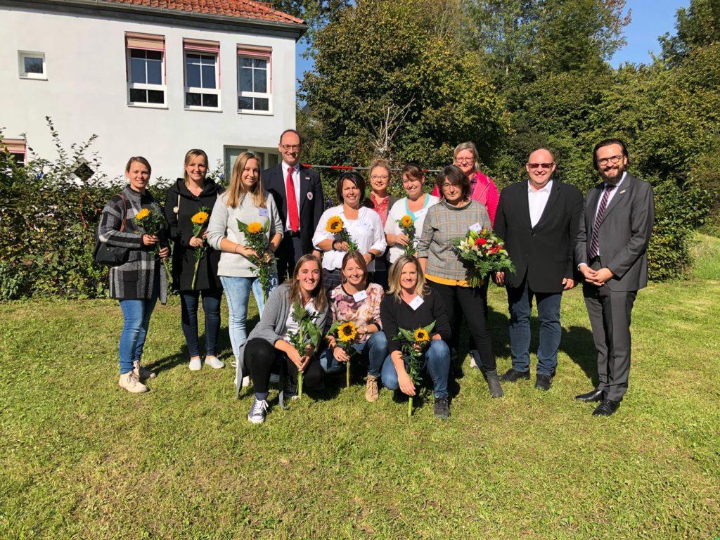 von rechts: BRK-Kreisgeschäftsführer Paul Polyfka mit Bürgermeister Harald Dirlenbach und Kindergartenleiterin Emmi Rückert inmitten ihres Teams. Vierter von links: BRK-Kreisvorsitzender Bernhard Seidenath