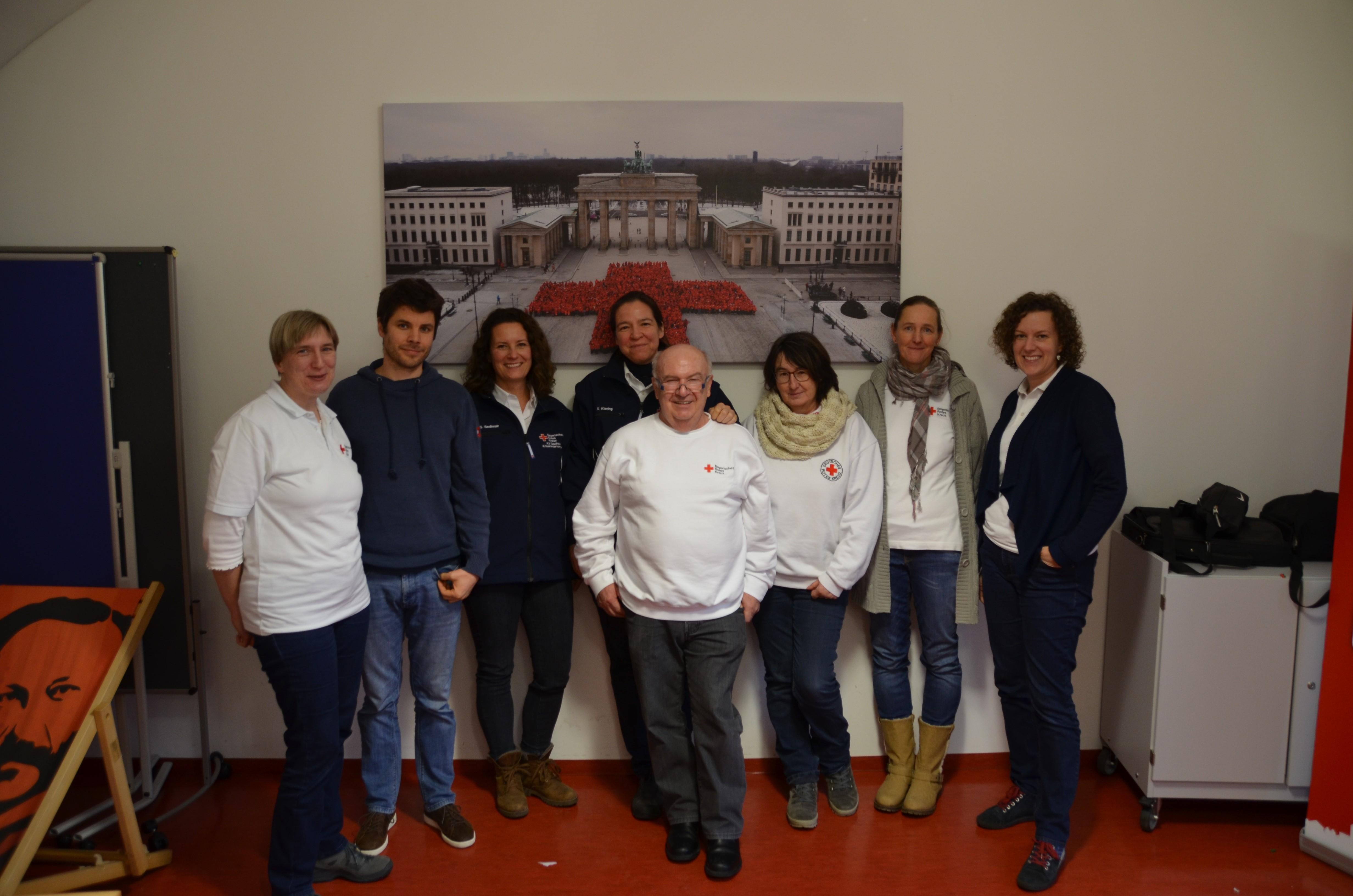 Foto von links: Silke Biglmeir, Chris Janisch, Iris Rempis, Ursula Kiening, Emmy Rückert, Daniela Ettl, Alex Frey. In der Mitte im weißen Sweatshirt Günther Ries