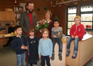 Paul Polyfka gratuliert Lisa Zimprich zur Anerkennung als Integrationskindergarten. Mit dabei: Kinder aus den Gruppen Delfine und Fische.