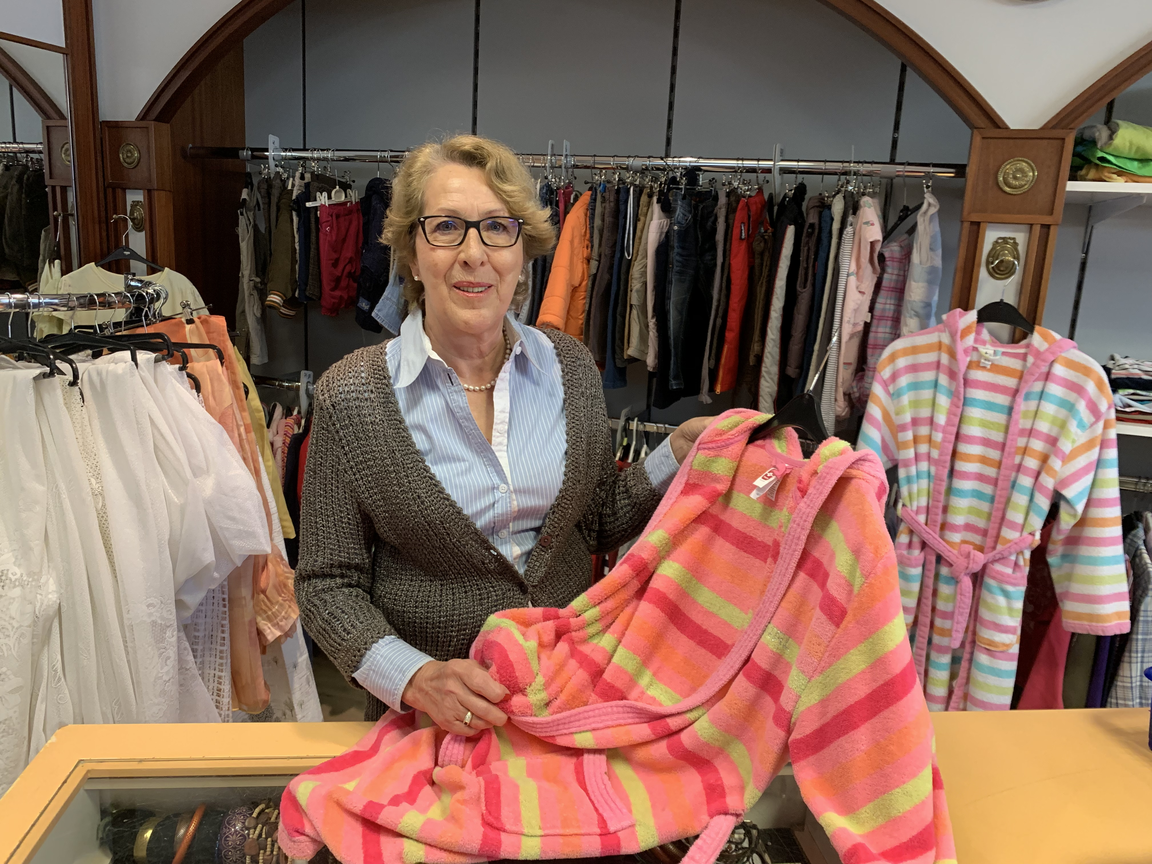 Die Leiterin des Rotkreuz-Shops in Dachau Sonja Grieser freut sich auf viel Kundschaft am 13. März.