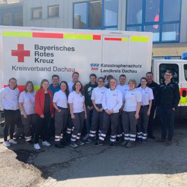 : Leiter Rettungsdienst Dennis Behrendt (rechts) und Ausbilder Michael Karlstetter (links daneben) mit den frisch ausgebildeten Sanitäterinnen und Sanitätern.