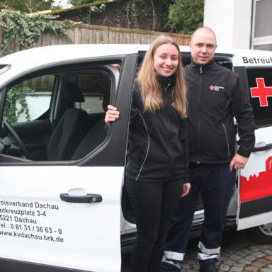Fahrdienstleiter Daniel Schell (rechts) mit Bufdi Isabel Einmiller