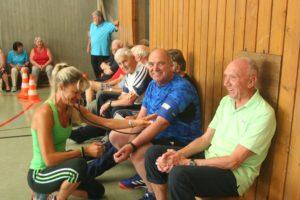 Vor jeder Therapiestunde misst Reha-Trainerin Judith Göttler den Blutdruck
