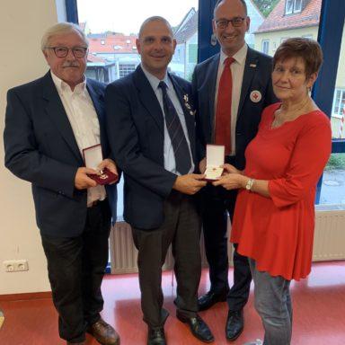 Foto (von li nach re): Hans Ramsteiner, Peter Sedlmair, BRK-Kreisvosrs. Bernhard Seidenath und Stellvertreterin Angelika Gumowski vom BRK Dachau.