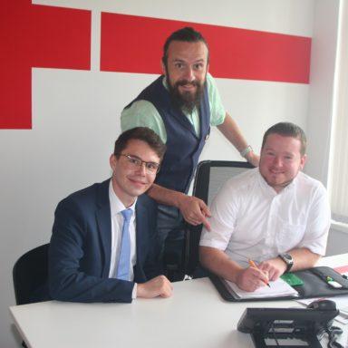 Qualitätsbeauftragter Ralph Schöner (rechts) mit dem BRK-Kreisgeschäftsführer Paul Polyfka (stehend) und seinem Stellvertreter und Leiter Rettungsdienst Dennis Behrendt in der Rettungswache Gröbenried.