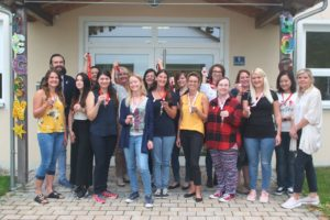Kathrin Ferland (rechts außen) und Paul Polyfka begrüßen das Regenbogen-Team im Kindergarten und in der Krippe in Altomünster.
