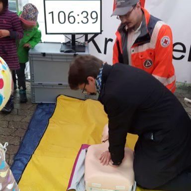 Oberbürgermeister Florian Hartmann, der die Wiederbelebung an der Übungspuppe ausführte