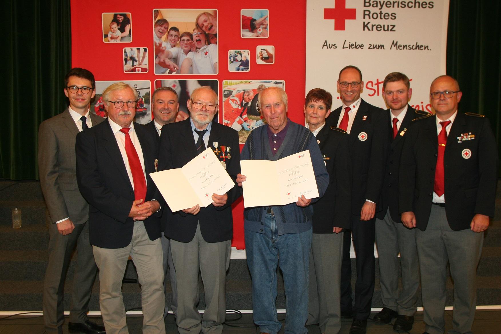 Große Ehre für die beiden Urgesteine des BRK Dachau Max Hriba (Mitte links) und Ludwig Ernst. Die beiden Geehrten im Kreis der Vorstandschaft und Geschäftsleitung des BRK Dachau.