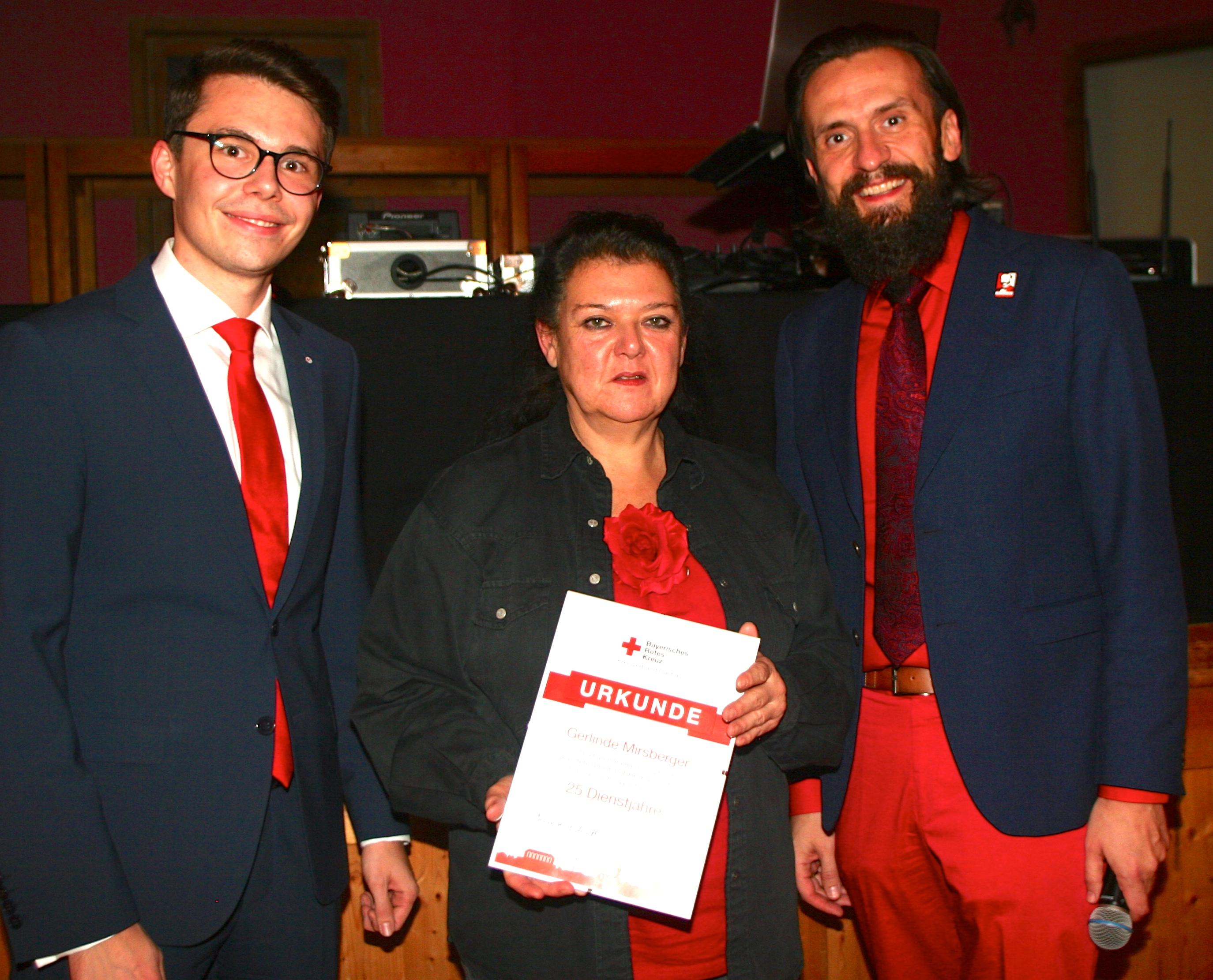 1. Foto (von li nach re): Der BRK-Kreisgeschäftsführer Paul Polyfka (rechts) und sein Stellvertreter Dennis Behrendt (links) mit Mitarbeiterin Gerlinde Mirsberger.