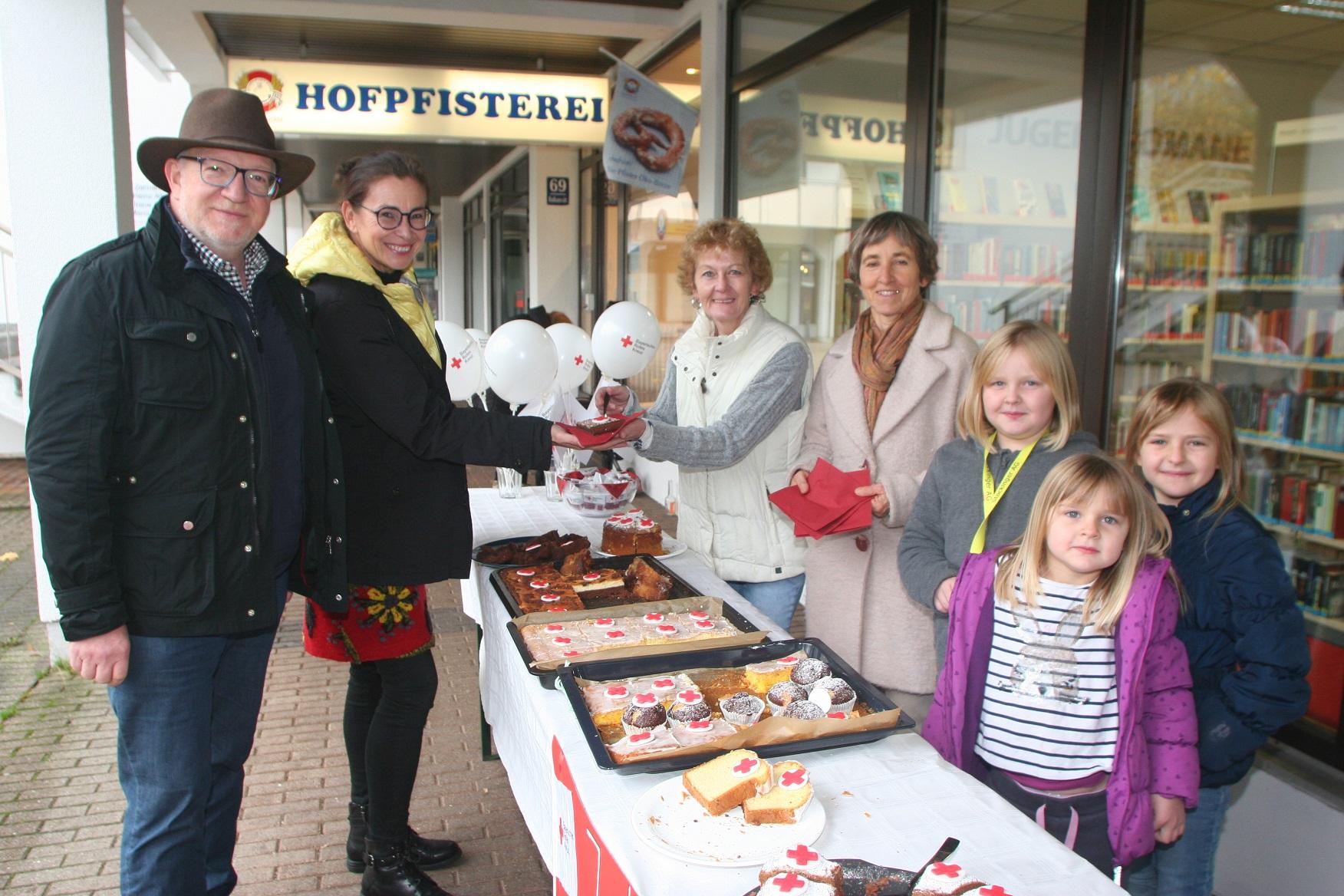 Helga Meischl (links) und Lisa Zimprich überreichen den Kuchen an Lale Zimmermann und Markus Tomasek. Unterstützt werden sie von Lena, Valentina und Emilia.