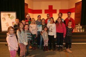 Foto: Die für lange Jahre der Mitgliedschaft geehrten JRKler mit Kindern aus den Ortsgruppen. Links hinten Gemma Cleobur (mit Nikolausmütze), rechts Andreas Köttig.