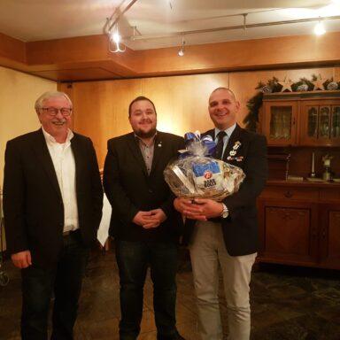 Foto: Peter Sedlmair (rechts) übergibt die Leitung der BRK-Auslandshilfe an Timo Weiersmüller (Mitte). Links: Der Leiter der Gemeinschaft Wohlfahrts- und Sozialarbeit Hans Ramsteiner.