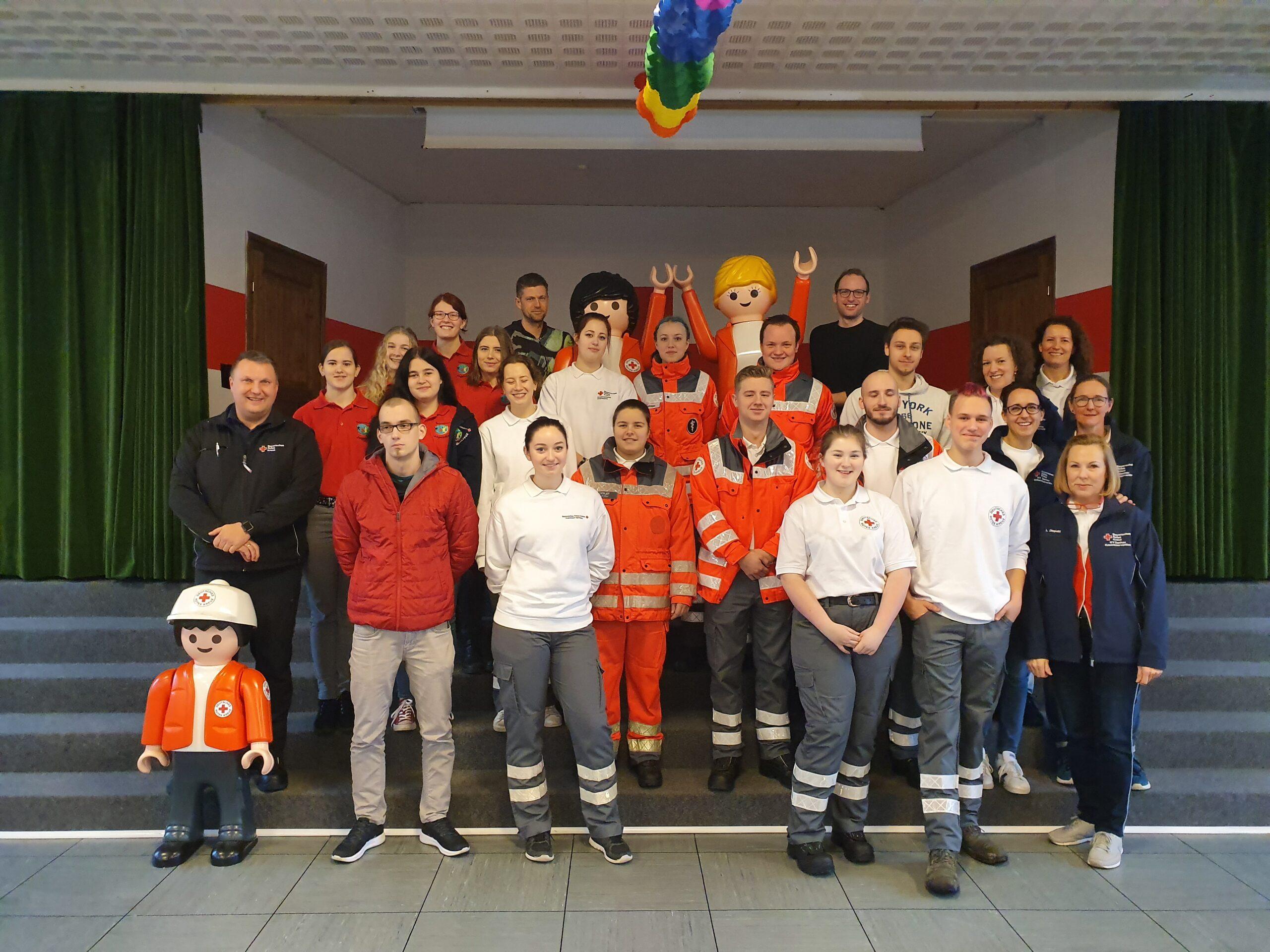 Die neu ausgebildeten Sanitäterinnen und Sanitäter. Links außen: Ausbildungsleiter Michael Karlstetter
