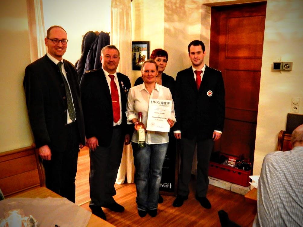 Bernhard Seidenath, Angelika Gumowski, Reinhard Weber, Bednedikt Jung mit der für 20 Jahre aktiven Dienst im BRK geehrte Sylvia Hering zu sehen sind.