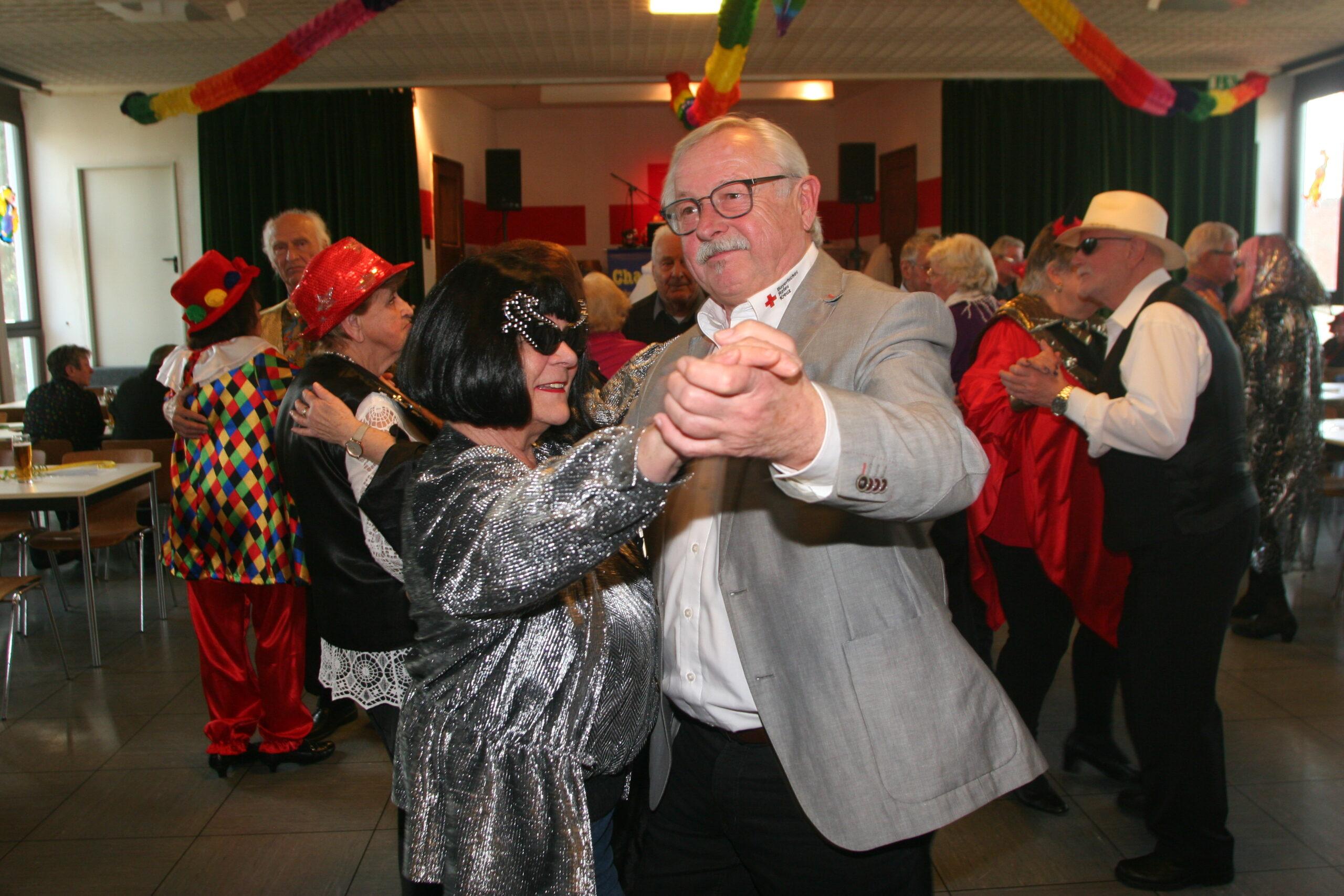Hans Ramsteiner mit Tanzpartnerin Rita Schieri auf dem Parkett.