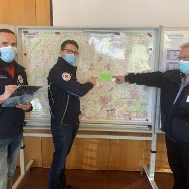 Foto: Franz Bründler (rechts) mit Paul Polyfka (links) und Dennis Behrendt (Mitte) im BRK-Stabsraum.