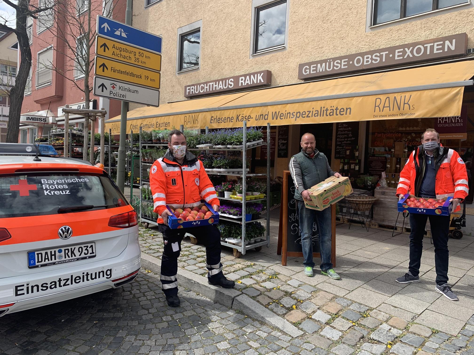 Foto: Martin Noß (links) und Nicolá Schuster (rechts) nehmen von Michael Pieper das Obst entgegen