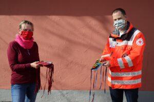 Maria Kreppold und Benedikt Jung mit den genähten Masken