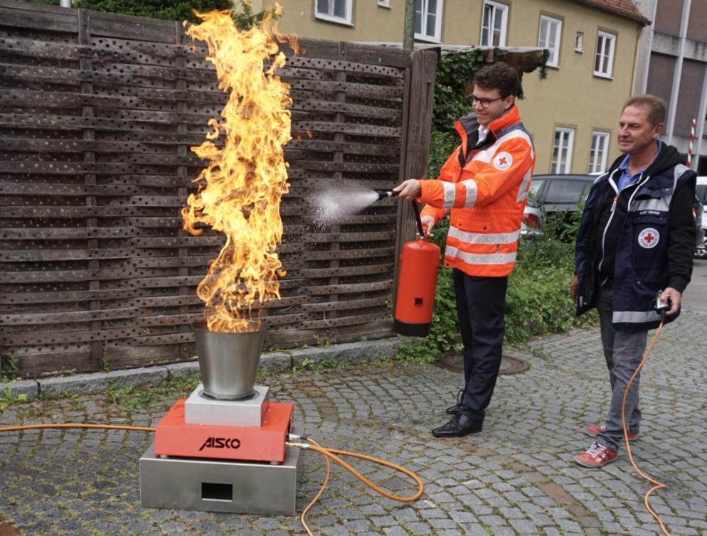 Dennis Behrendt (links) und Kurt Zehrer beim Löschen des Feuers im Brandsimulator