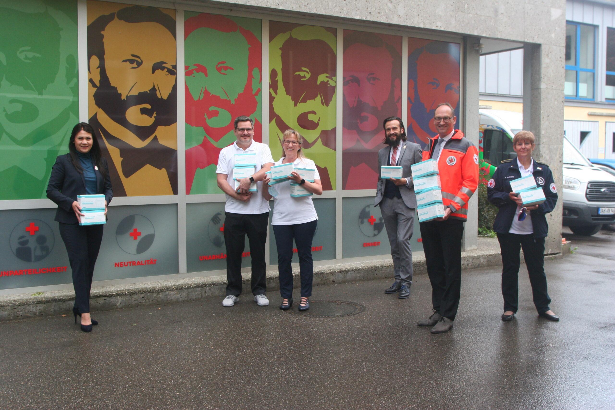 Diana Tielman, Ralf und Petra Schalk (Mitte), Paul Polyfka, Bernhard Seidenath und Angelika Gumowski mit den gespendeten Masken
