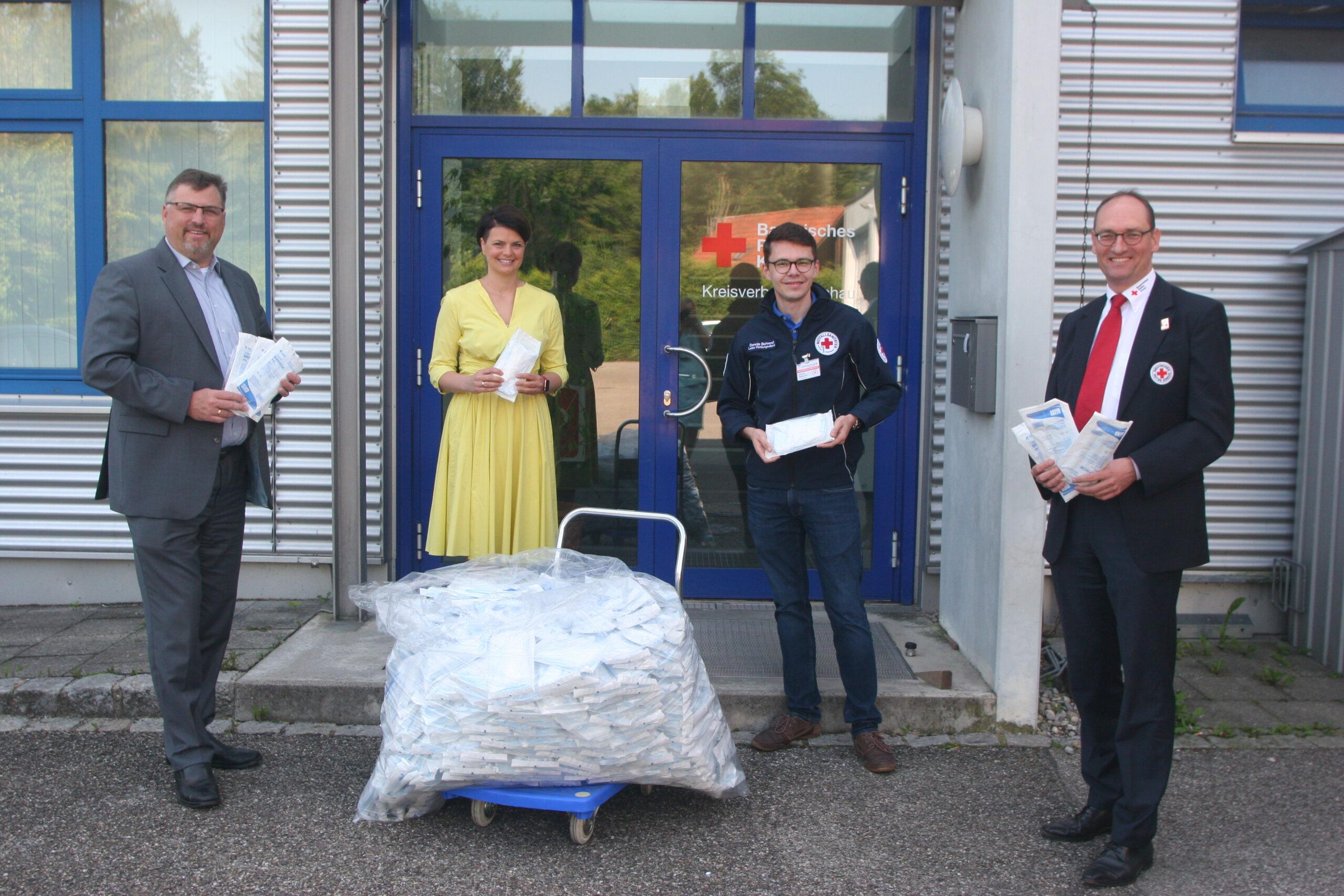 Foto (von links): Stefan Löwl, Katrin Staffler, Dennis Behrendt und Bernhard Seidenath vor der BRK-Rettungswache in Gröbenried