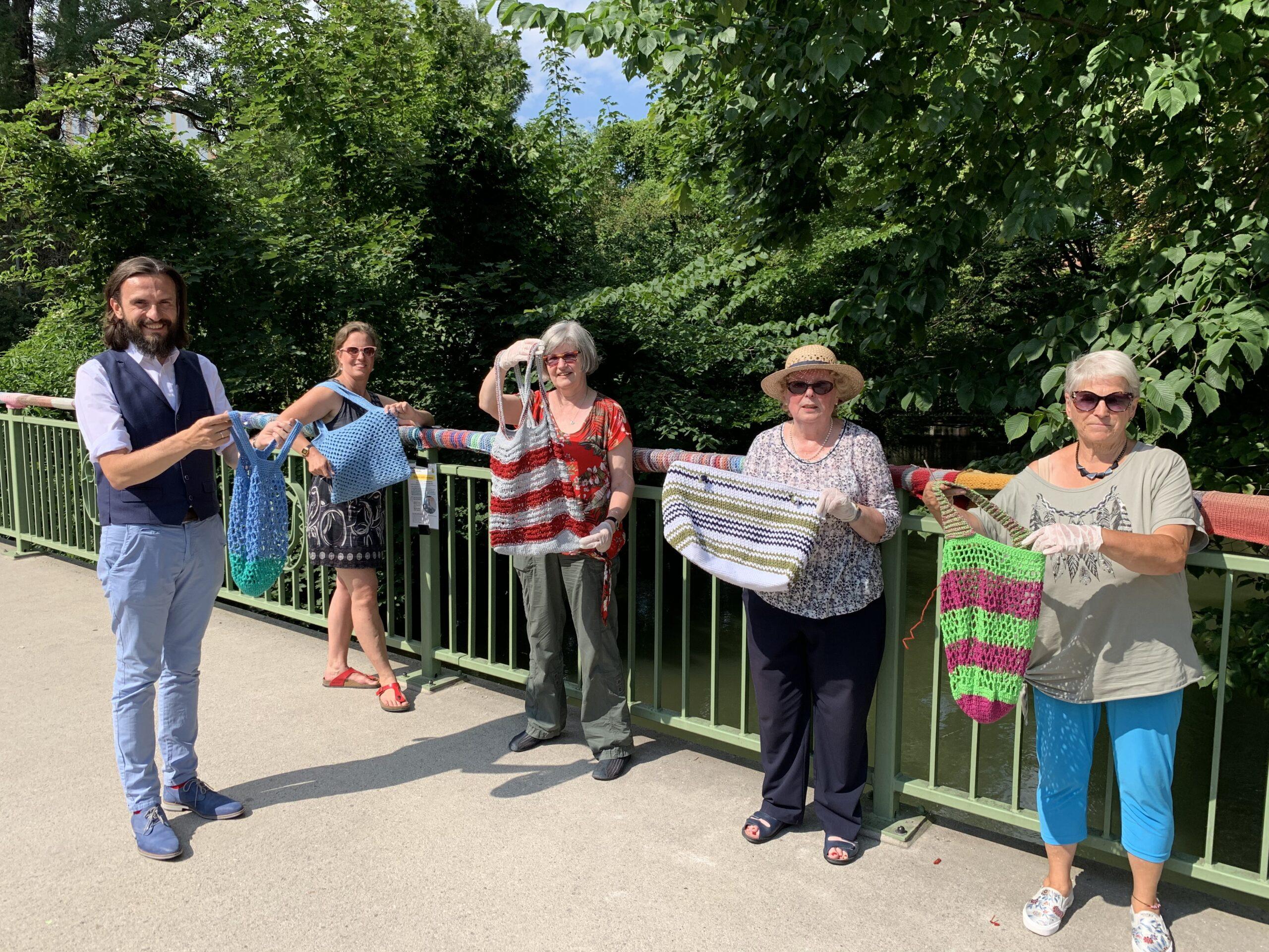 Foto (von links): Paul Polyfka, Julia Kießig, Gabriele Sölter, Heide Schmetzer und Brigitte Göttler präsentieren das neue Projekt der StraßenstrickerInnen: Handgearbeitete Einkaufsbeutel.