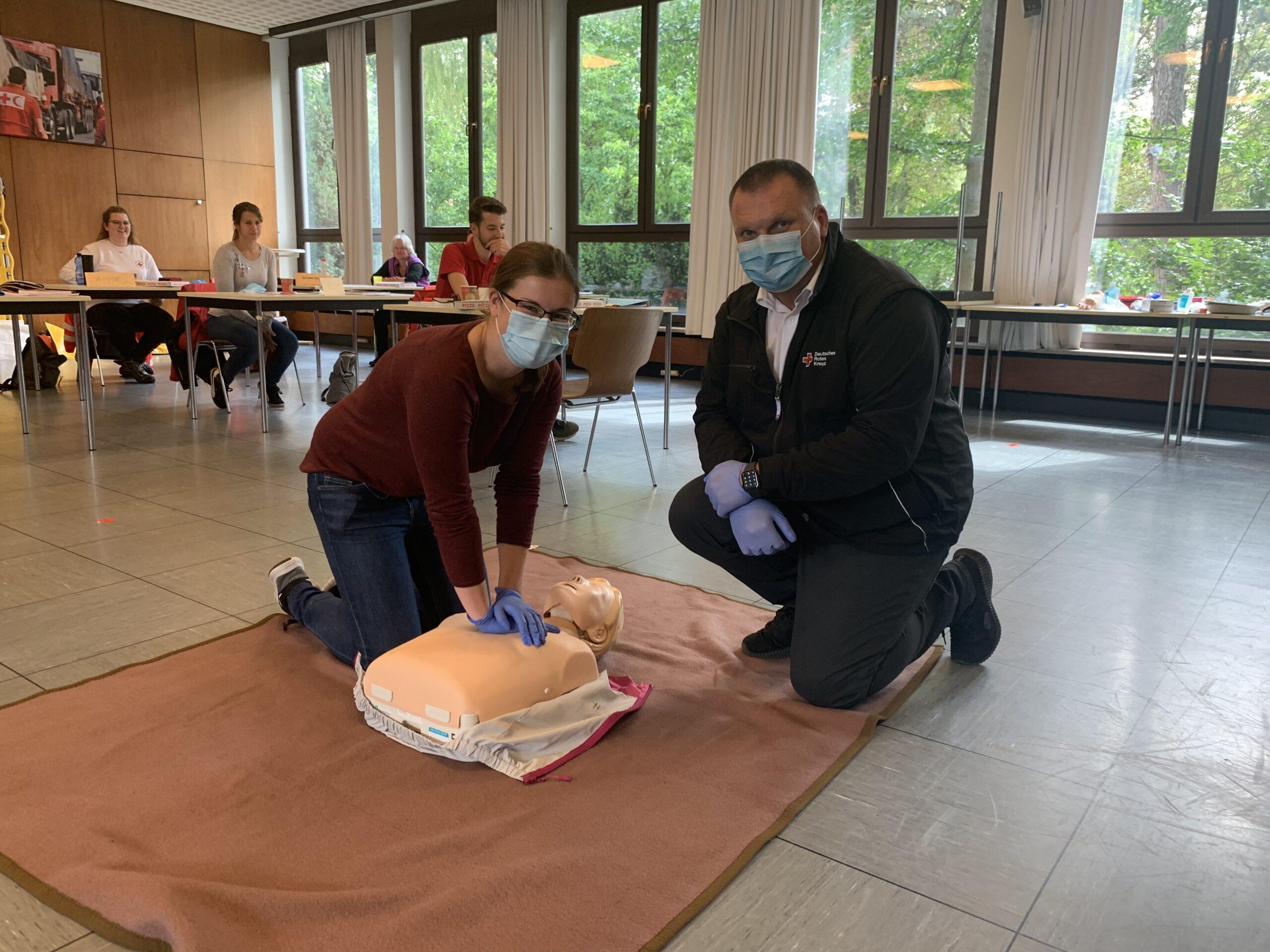 Michael Karlstetter und Angelina Hummeshage bei der praktischen Übung in der Sanitätsgrundausbildung