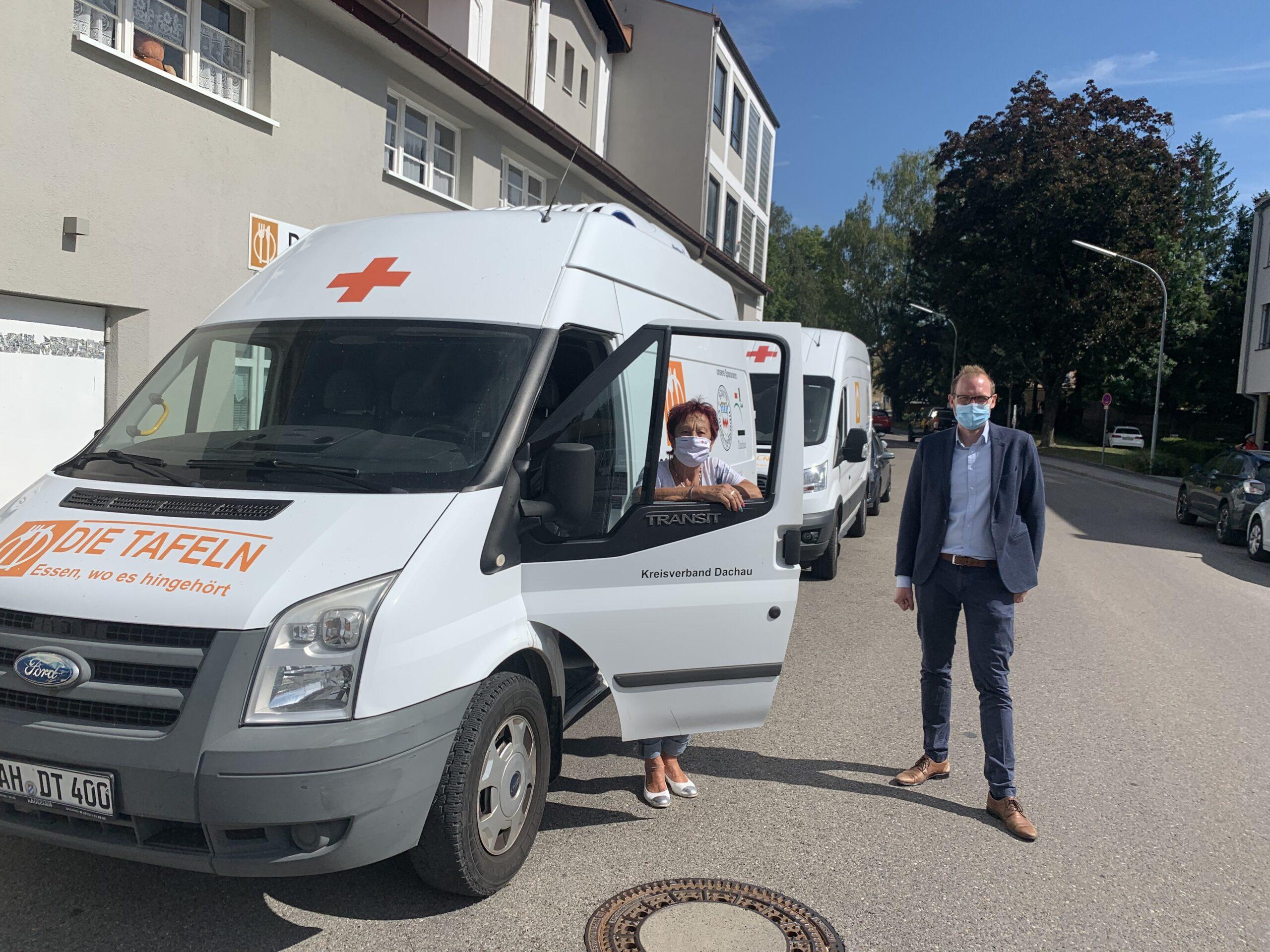 Foto: der Tafel-Transporter ist in die Jahre gekommen. Edda Drittenpreis und rechts Nicolá Schuster, beim BRK Dachau verantwortlich für Corporate Responsibility.