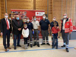 Das Blutspendeteam in Vierkirchen mit Bernhard Seidenath (links), Bürgermeister Harald Dirlenbach (2.links), rechts neben Dirlenbach die Blutspendebeauftragte Andrea van Bracht. Rechts außen Nicolá Schuster