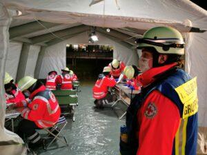 Aus einem Trümmerfeld gerettete, simulierte Patienten werden zunächst gesichtet und dann in einer strukturierte Patientenablage betreut. Sobald Rettungsmittel verfügbar sind, werden die Personen mit den schwersten Verletzungen als Erste ins Krankenhaus gebracht.