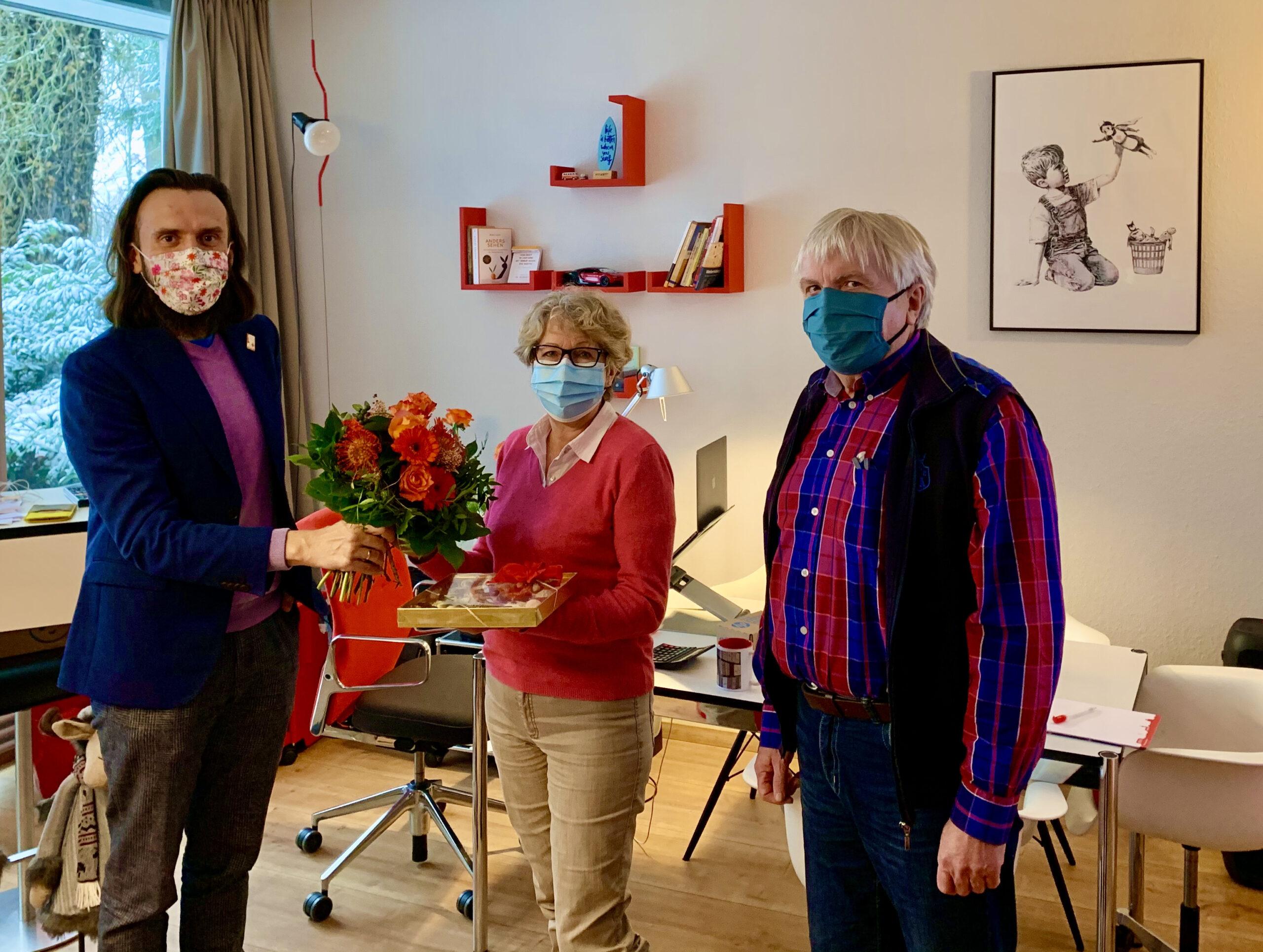 Paul Polyfka (links) verabschiedet Sonja Grieser und stellt Günther Wolf (rechts) als neuen Leiter des RotKreuzShops in Dachau vor.