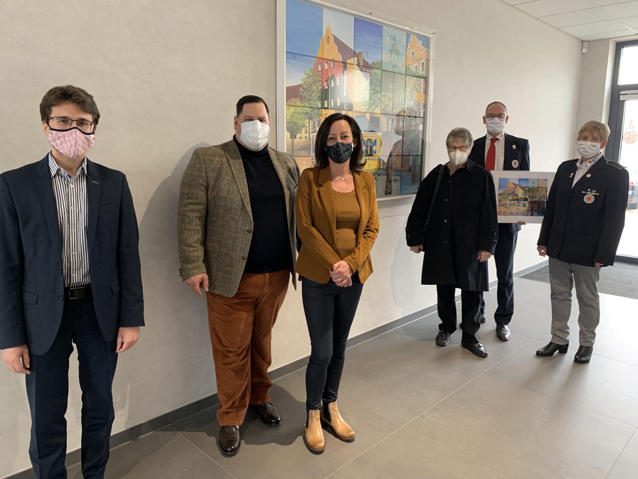 Foto (linke Seite): OB Florian Hartmann, Hans-Wolfgang und Andrea Niedermair. Rechts: Renate Günthner, Bernhard Seidenath und Angelika Gumowski.