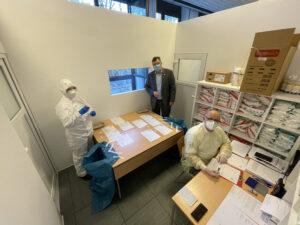 Foto: Landrat Löwl in der Teststation im BRK Kreisverband. Am Tisch Bereitschaftsleiter Dieter Ebermann.
