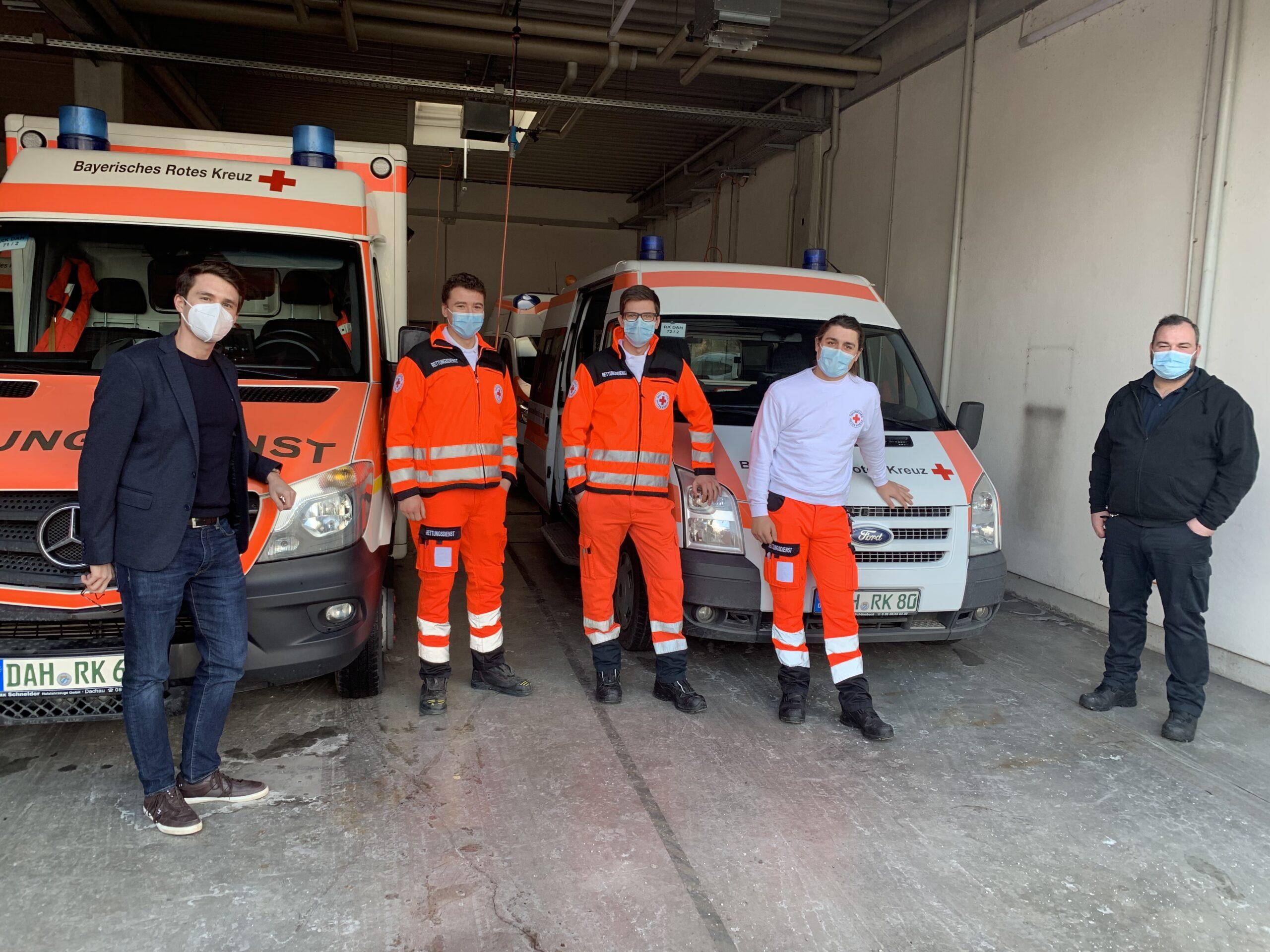 Foto: Dennis Behrendt (links) mit dem Team des KTW. Rechts: Wachleiter Martin Noß