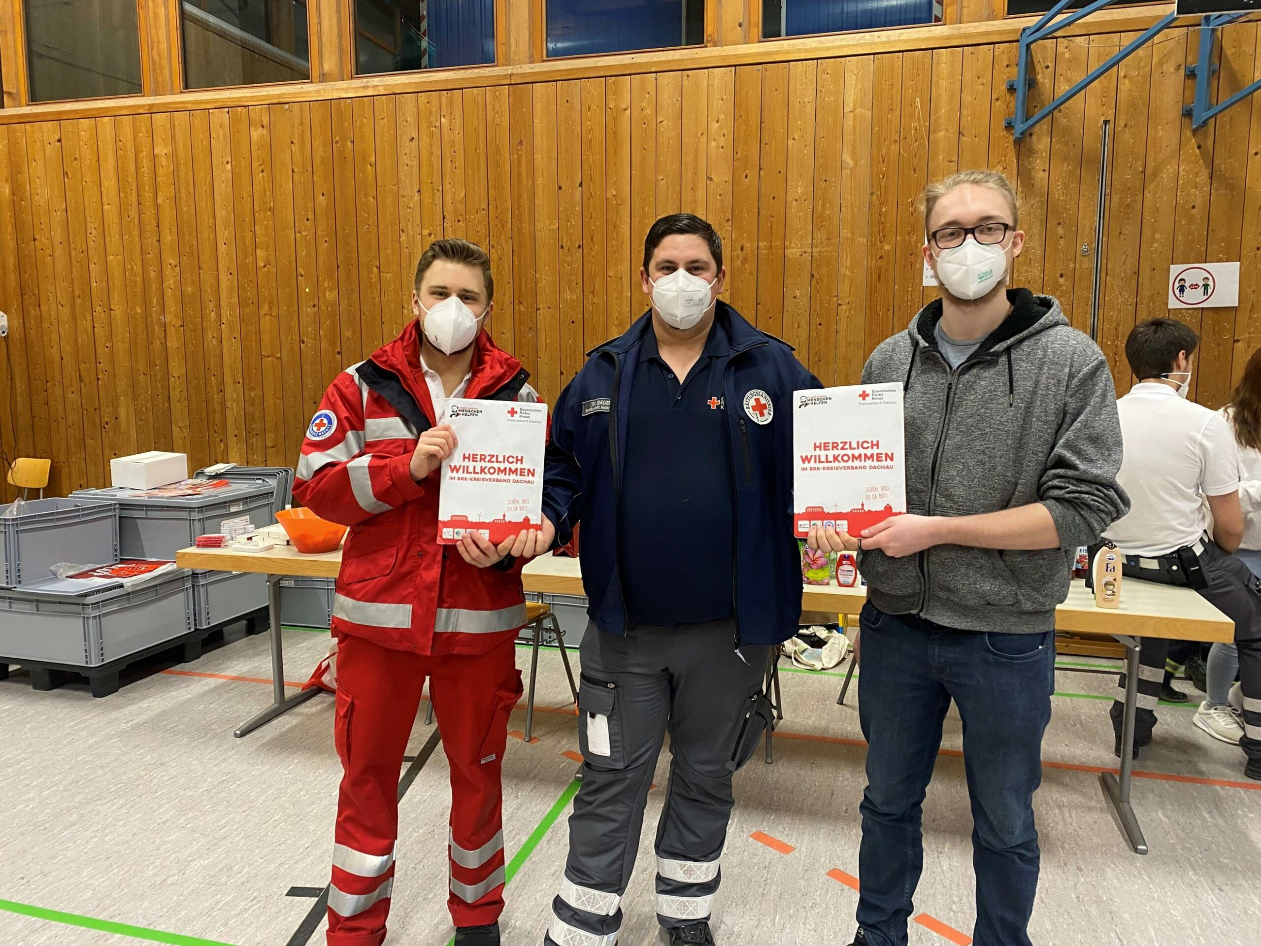 Foto: Bereitschaftsleiter Thomas Bauer heißt die beiden neuen HvO-Mitglieder Friedemann Hasler (links) und Sebastian Dirlenbach (rechts) willkommen.