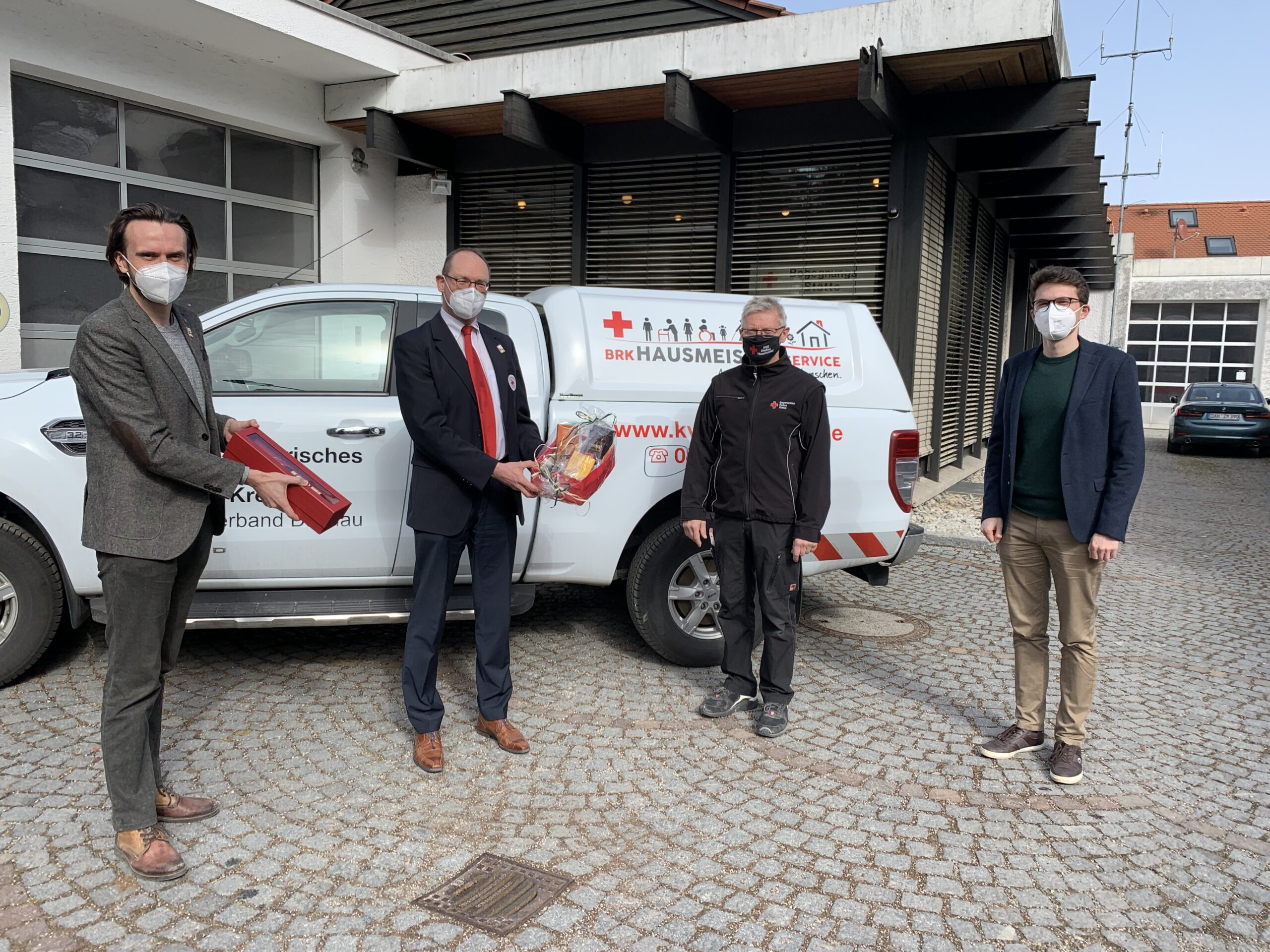 Paul Polyfka, Bernhard Seidenath und Dennis Behrendt (rechts) gratulieren Franz Rötzer (Mitte) zum Dienstjubiläum.