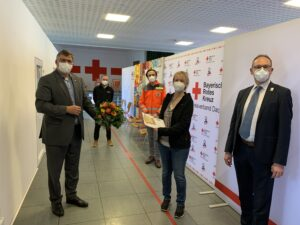 von li nach re: Landrat Löwl, Paul Polyfka, Silvia Köhler und Bernhard Seidenath (rechts vorne), hinten: Impfzentrumsleiter Max Frisch.